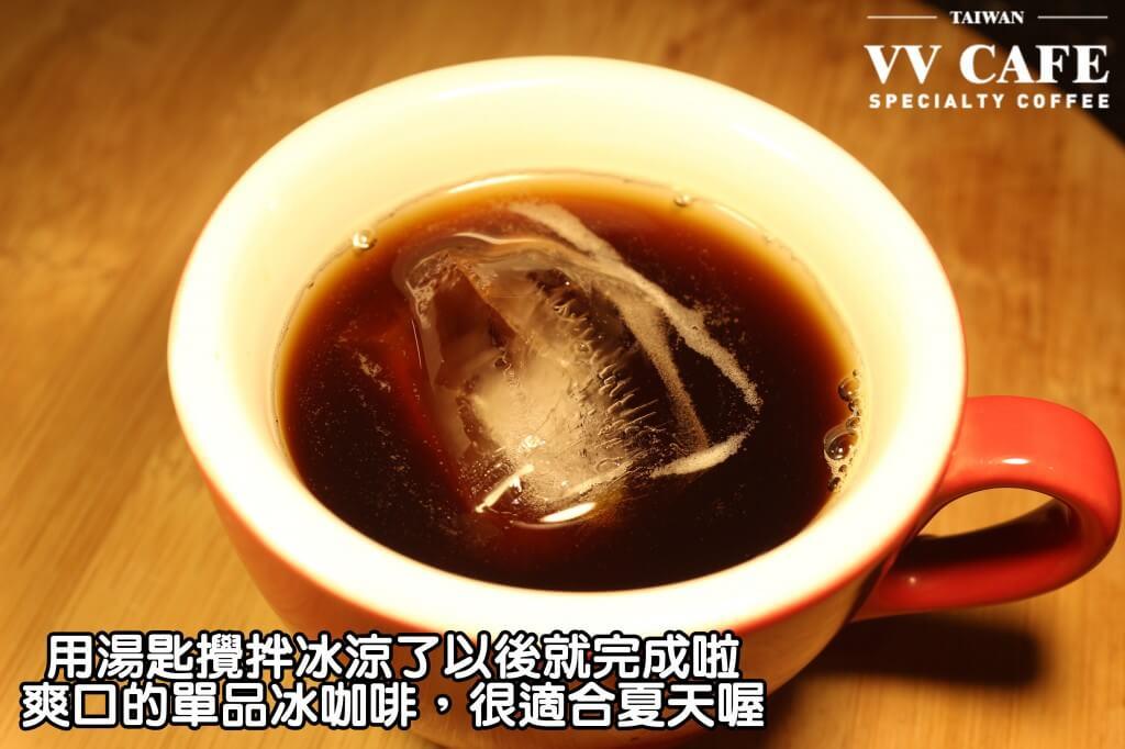 02-11稍微用湯匙攪拌冰涼了以後就完成啦,爽口的單品冰咖啡,很適合夏天喔