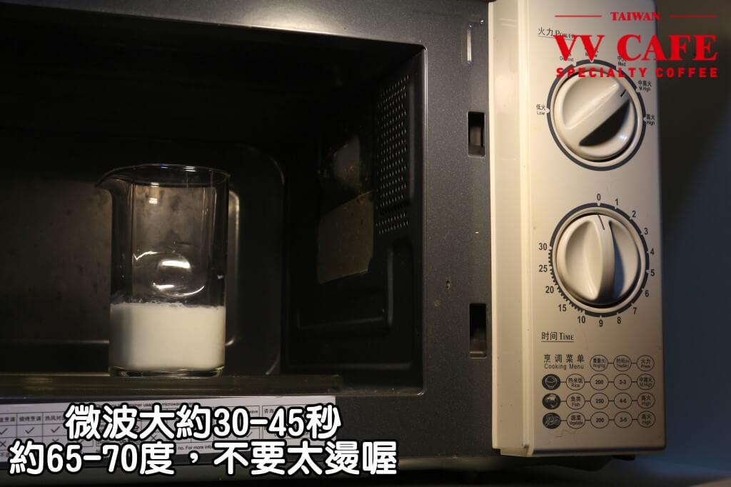 03-12有微波爐的話微波大約30-45秒,感覺有一點點燙就好(約65-70度),不要讓他沸騰,不然牛奶可能會有乳臭味喔