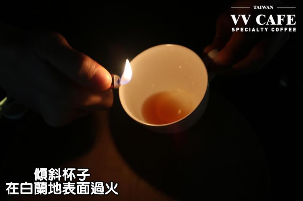 04-14傾斜杯子,拿打火機或小瓦斯爐在白蘭地表面過火,但千萬要小心一點喔,不要燙傷了。如果很怕火的話,可以用微波或在鍋子裡加熱的方式把酒精煮掉。
