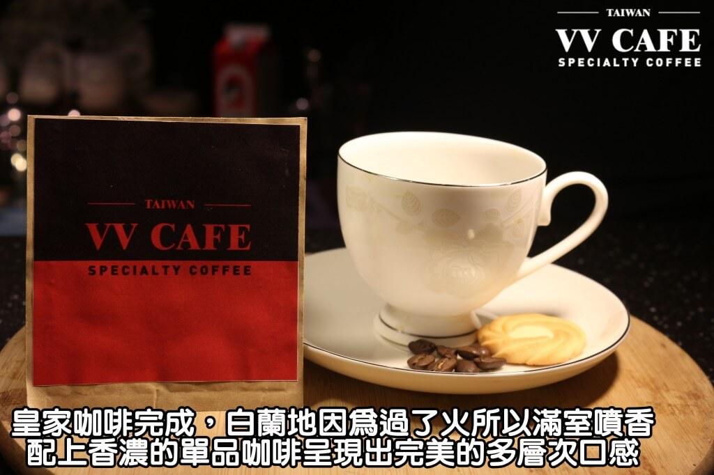 04-18皇家咖啡完成,白蘭地因為過了火所以滿室噴香,配上香濃的單品咖啡呈現出完美的多層次口感,而加了糖又可以軟化酒精,連不愛喝酒的女生也會大愛這杯皇家咖啡喔。