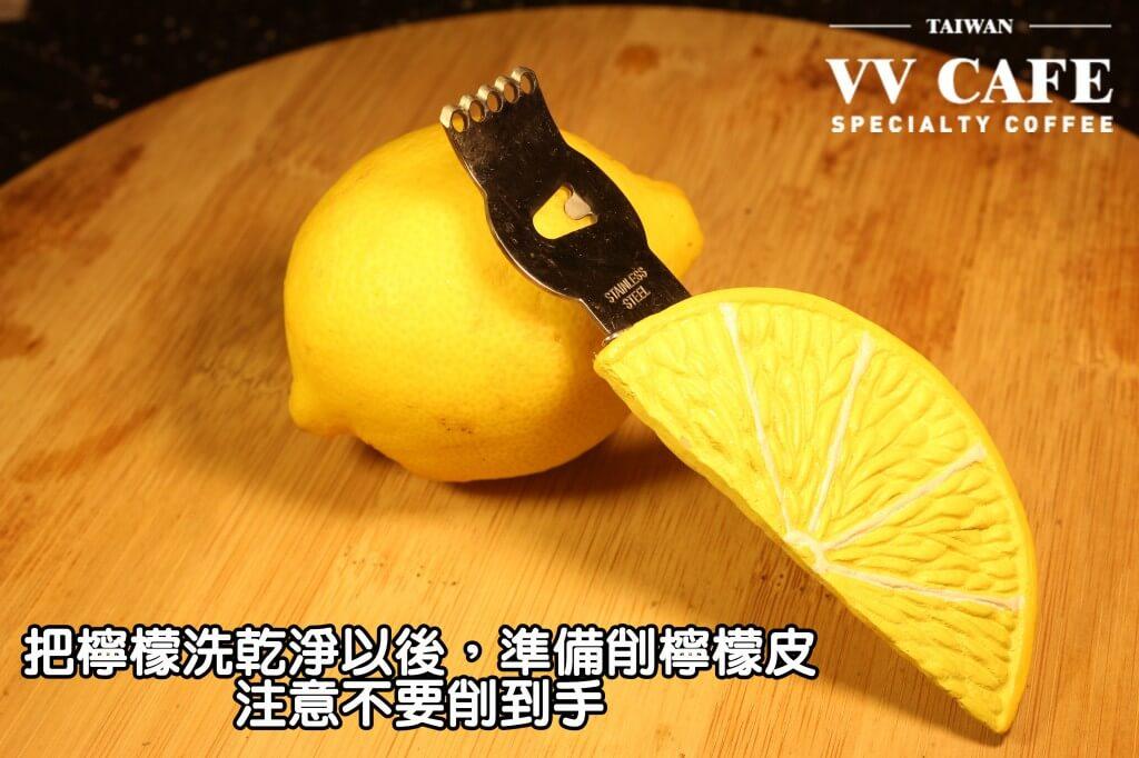 05-12把檸檬洗乾淨以後,準備削檸檬皮。這是專門用來削檸檬皮的檸檬刀,非常方便,不過不是很好買啦,用一般的水果刀、刨刀也沒有差異的,注意不要削到手囉。