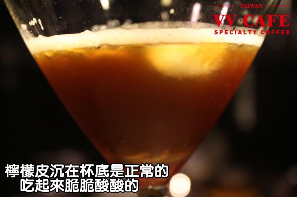 05-18如果有少許檸檬皮沉在杯底是正常的,吃起來脆脆酸酸的。如果不喜歡檸檬皮的味道,那就最後一口留著不喝即可。
