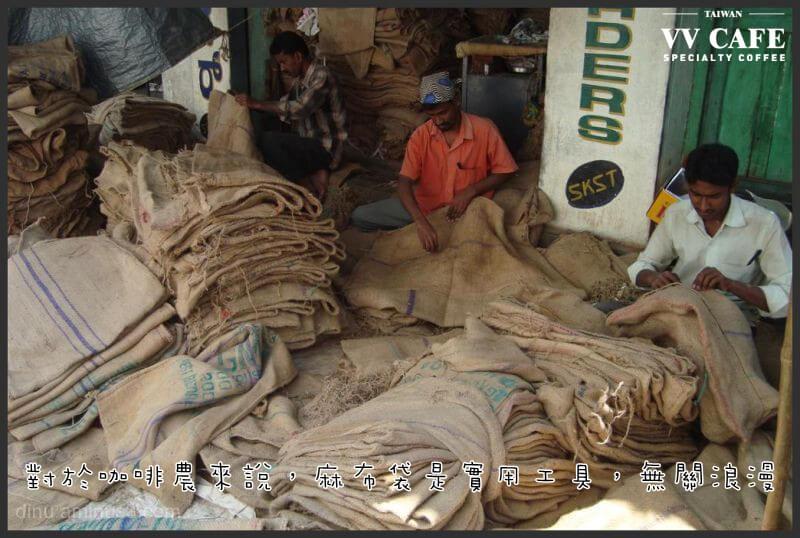 生咖啡豆雖然乾燥但麻布袋並非完全防潮