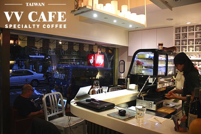敦化國中操場後面那家illy咖啡館-吧台區