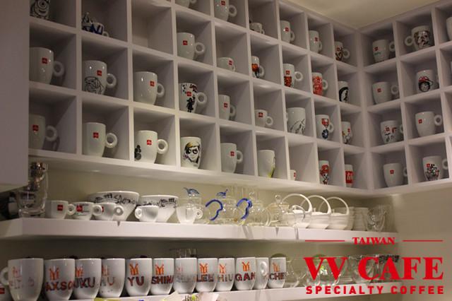 敦化國中操場後面那家illy咖啡館-咖啡杯